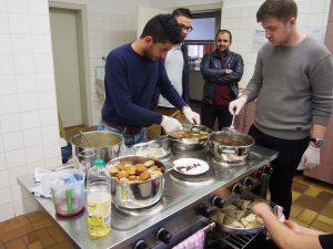 Kochen und gemeinsames Essen gehört unbedingt zum Programm: Mohamad kochte syrisch-türkische Snacks aus Hefeteig mit unterschiedlichen Füllungen, Hassan und Hussein bereiteten Falafel und Taboulé zu.