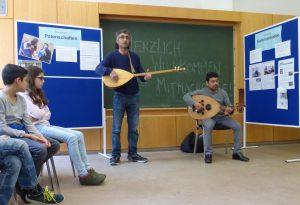 """""""Ob du schwarz bist oder weiß – sag Hallo!"""" Ferat Wali auf der Saz und Hagem Reda auf der Oud beim musikalischen Rahmenprogramm"""