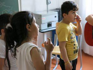 Bauch und Arme, Hals und Ohren: Mit dem Körperteile-Blues lernen die Kinder die richtigen Bezeichnungen.