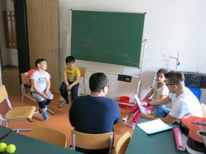 Die kleine Vorschulklasse bei der Arbeit im Stuhlkreis